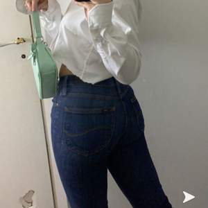 Säljer nu dessa lee jeans som är lågmidjade men sitter som en SMECK på kroppen! Dom är helt raka tajta i benen så inget märkvärdigt!