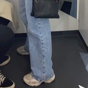 Hejsan! Jag säljer nu mina wide leg jeans från bokom på grund av att jag har dubbletter. Köpte dom för 500-600kr för mindre än ett år sedan. Varsamt använda! Skriv för föera bilder! Dessa är i storlek 26. Vid Snabb affär så kan priset diskuteras