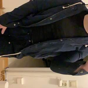 Marinblå vårjacka från Only, skulle säga att den är en XS. Använd en gång👍🏼 (pris kan diskuteras)