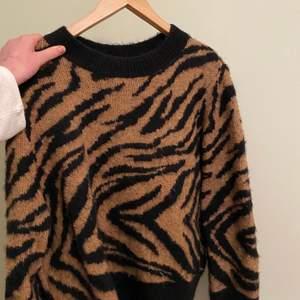 Snygg tröja från hm som tyvärr inte kommer till andvändning. Andvänd fåtal gånger.
