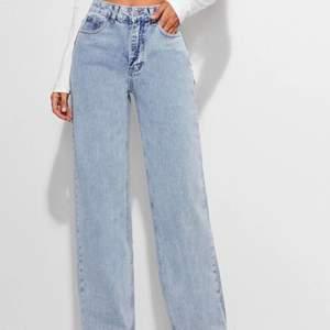Hej! Säljer mina jeans som jag fick hem igår men dom va förstora drf jag säljer dom det är storlek XS men passar S bättre pågrund av att dom är stora i storleken.  Frakten är inräknad i priset🤍 dom passar från 160-170  cm beror på hur man vill att dom sitter.