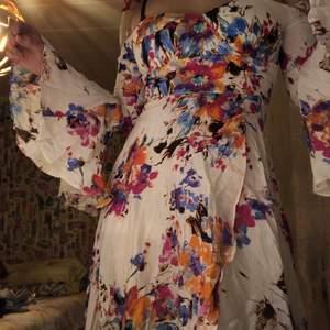 köpt på fashion nova. stängs bakifrån med zipper, stor slit framme. utvidgade armar, jättefin klänning. helt ny eftersom den är för liten för mig. verkligen jättefin irl