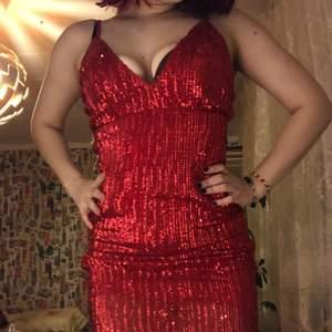 jättefin glittrig klänning som formar kroppen fint. aldrig använd med lappen kvar