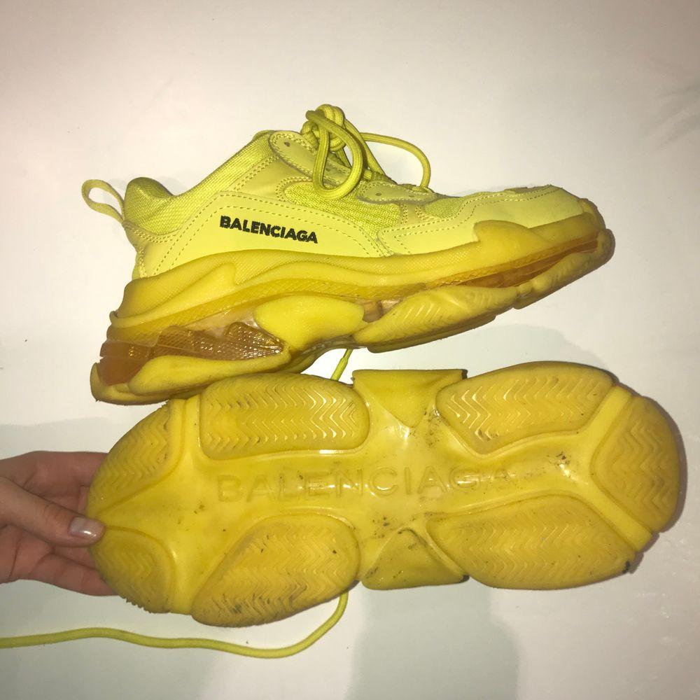 Gula balenciaga skor triple S(fejk). Det står att det är storlek 38 men de är för stirra för mig som har 38, så en 39 skulle lät kunna ha dem. Pris kan diskuteras! . Skor.