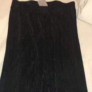 Svarta plisserade byxor från Gina tricot. Storlek 34 men är ganska töjbar/strecig så hade passat upp till storlek 40.