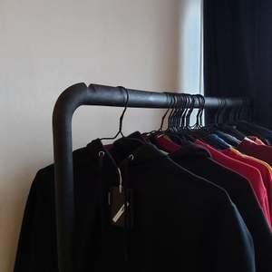 Helt oanvänd svart hoodie från carlings, säljer eftersom att jag redan har svarta hoodies skriv för fler bilder. Buda om det är fler som är intresserade!!💕💕