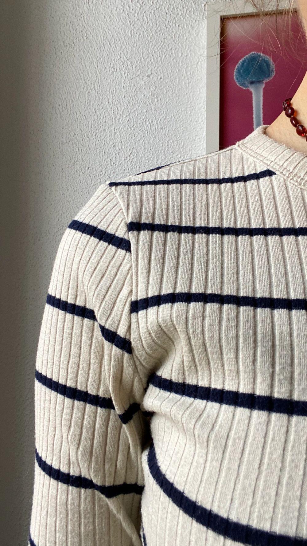 En tröja som inte är använd på länge. Sitter skönt och fin passform. St S men passar mindre. Kontakta mig vid intresse🦋. Toppar.