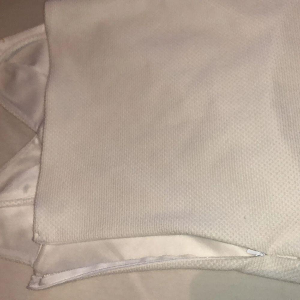 Använd endast en gång, vit enkel klänning som passar det mesta. Har en dradkedja på sidan. . Klänningar.