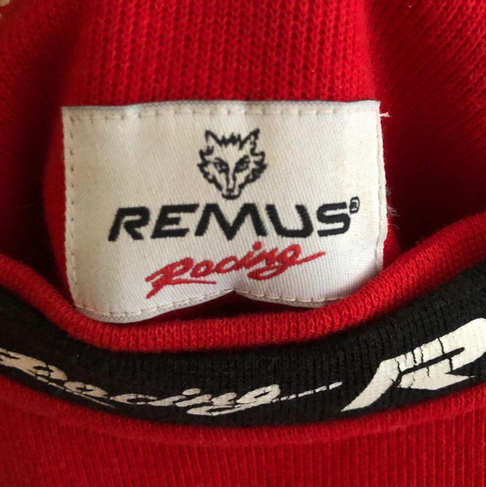 Jättesnygg oversized Collegetröja från Remus Racing Usa köpt secondhand här i Sverige! Knappt använd och ser ut som ny!😊 skriv privat för fler bilder!                           Köparen står för frakten🖤 Buda❤️. Tröjor & Koftor.