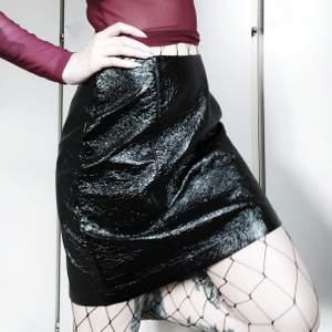 Svart texturerad lackkjol 🖤 Så sjukt jävla snygg men tyvärr för stor för mig ☹ Stängs med dold dragkedja på baksidan  Storlek 38 men stor i storleken, mer som en 40+ 70kr