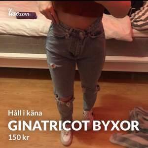 Säljer dessa snygga blå jeans ifrån ginatricot orginal pris är 300kr men säljer dessa för 150kr. Midjan är i storlek 34.