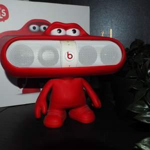 Beats pill och beats karaktär (röd gubbe skal). Högtalare fungerar, kan skicka fler bilder och video om behövs. Köparen står för frakten :)