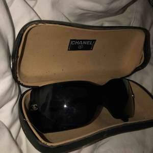 ÄKTA vintage chanel solglasögon. Köpta på tradera, serienummer finns ingraverat på insidan av glaset. Kvitto finns ej men har varit hos chanel och kollat så att dom är äkta. Skriv pm vid behov av fler bilder😇 priset kan diskuteras