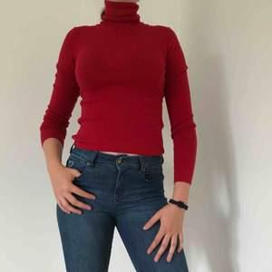 Röd stickad tröja med hög polokrage från Hugo Boss. Sparsamt använd. Pris kan diskuteras.