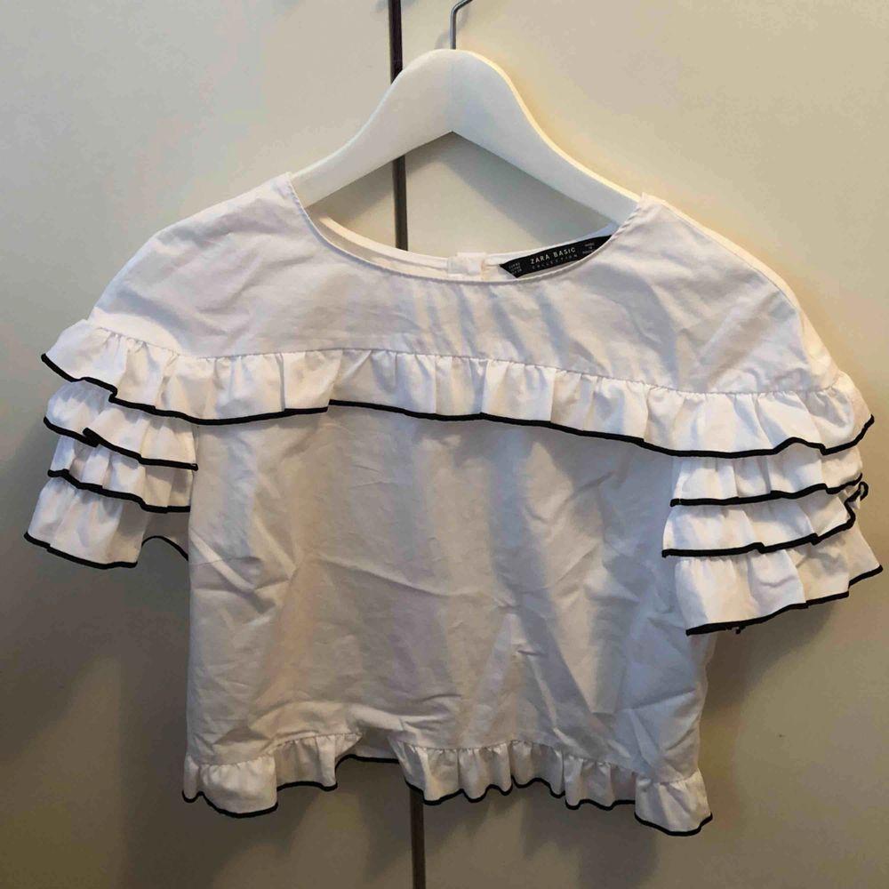 Fin tröja med svarta detaljer. Tröjan är ifrån Zara och kommer ej till användning längre. . Tröjor & Koftor.