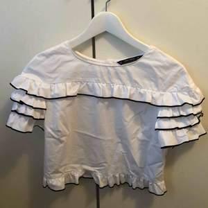 Fin tröja med svarta detaljer. Tröjan är ifrån Zara och kommer ej till användning längre.
