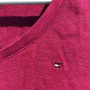 """Tommy Hilfiger t-shirt i """"plommon"""" färg😍 tyvärr är denna för liten för mig:// Nyskick! Hämtas i Stockholm eller fraktas❤️"""