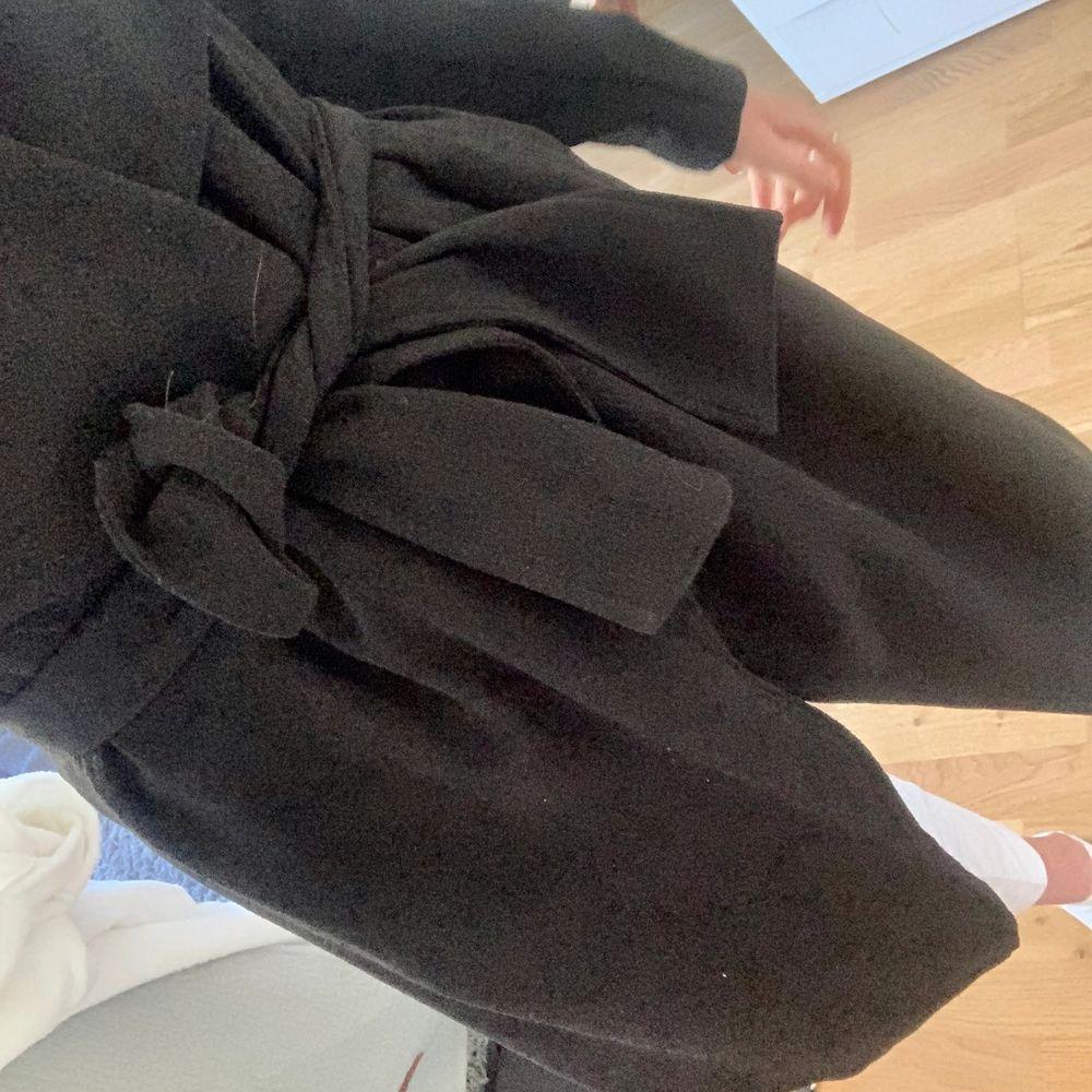 Säljer denna svarta trenchcoat i fint skick använd fåtal gånger, perfekt nu till våren eller hösten. . Jackor.