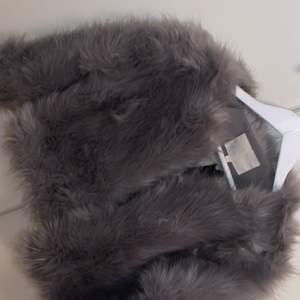 Från madlady, designen på jackan är kort i armarna men passformen är som den ska. Använd vid ett tillfälle.
