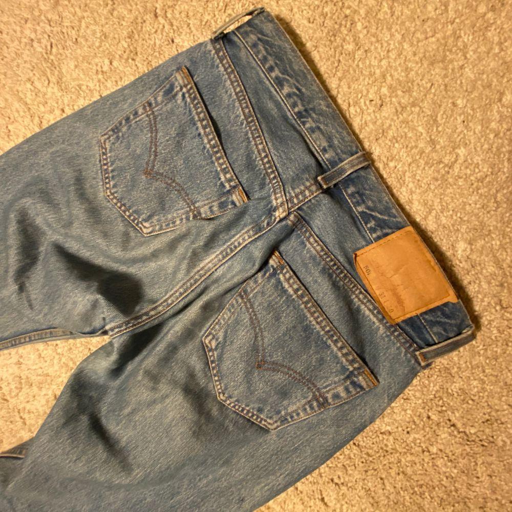 Levis jeans 501or, storleken är 31 i Waist men tycker själv de är mindre än så! Topp skick, originalpris 900kr. frakt ingår ej, kan mötas upp i sthlm😚. Jeans & Byxor.
