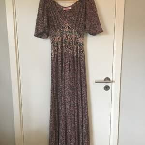 Blommigt mönstrad klänning från Indiska. Stl XS, ganska stor i storlek. Gott skick, knappt använd. Frakt betalas av köparen.