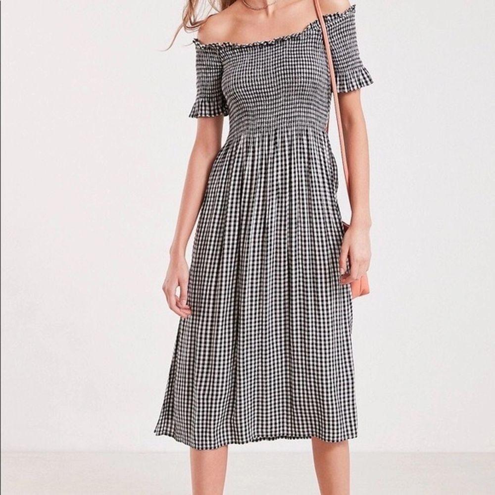 Säljer min finaste sommar klänning från urban outfitters som jag köpte för något år sen🧡💛 Nypris ligger runt 700kr och jag säljer den för 300 pga det goda skicket💜💜 Kan självklart skicka fler bilder! I str XS men är strechig så passar XS-M 🌈💜✨ . Klänningar.