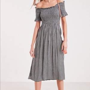 Säljer min finaste sommar klänning från urban outfitters som jag köpte för något år sen🧡💛 Nypris ligger runt 700kr och jag säljer den för 300 pga det goda skicket💜💜 Kan självklart skicka fler bilder! I str XS men är strechig så passar XS-M 🌈💜✨