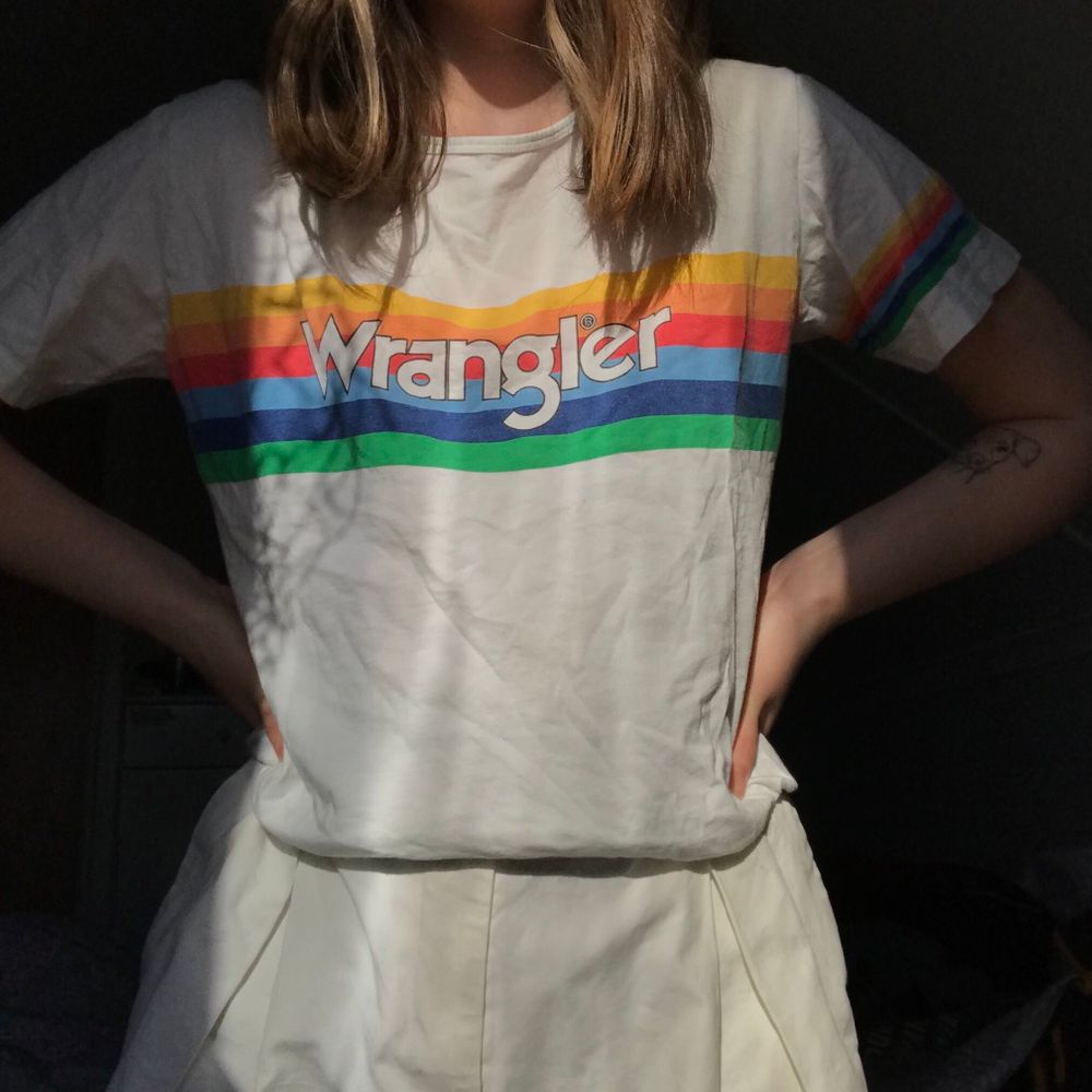 En T-shirt från det gamla klassiska märket Wrangler 🌈 💖 suuuperfin och dunder kvalitet!! 🤯🤯 köparen står för frakten 💛🧡❤️💙💚 (Är en M men sitter som en S på mig). T-shirts.