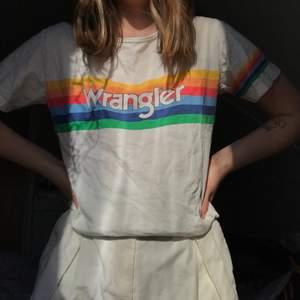 En T-shirt från det gamla klassiska märket Wrangler 🌈 💖 suuuperfin och dunder kvalitet!! 🤯🤯 köparen står för frakten 💛🧡❤️💙💚 (Är en M men sitter som en S på mig)