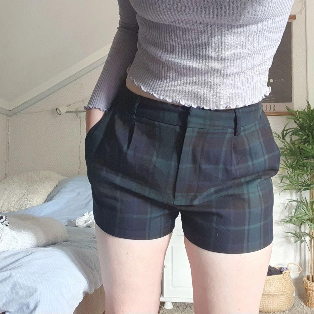 mörkgröna/mörkblåa rutiga shorts i nyskick!. Shorts.