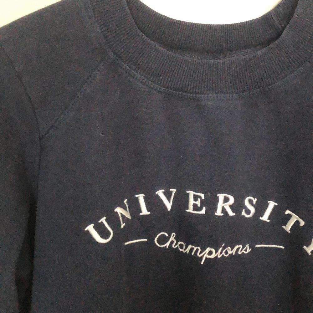 En mörblå sweatshirt från Gina tricot. Den sitter normalt på mig som vanligtvis när S. Köparen står för frakten.. Huvtröjor & Träningströjor.