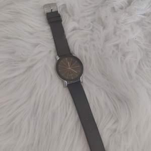 Klocka med svart fakeläder-band och svart urtavla med guldiga och silvriga detaljer. Köpare står för frakt. ✨