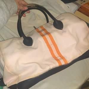 Äkta gant väska, legat i garderoben ett tag så lite dålig form men går att lösa