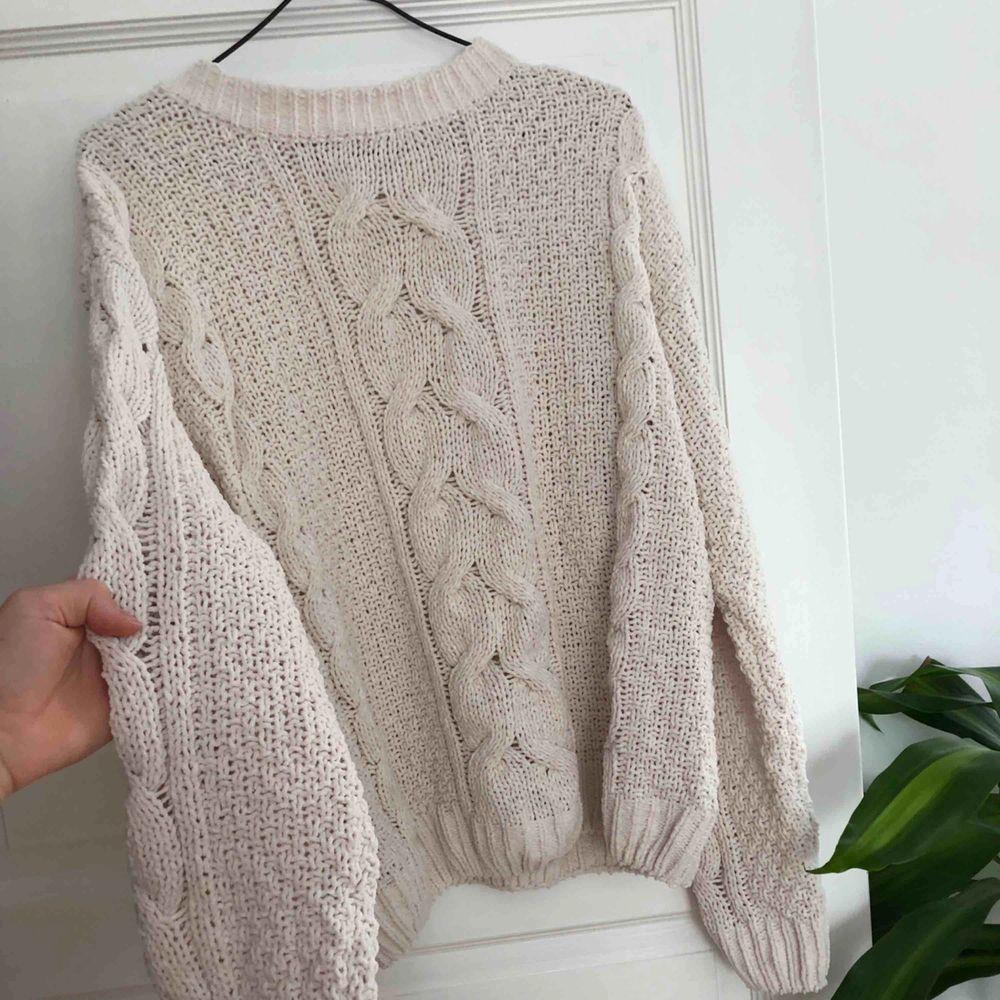 Så fin stickad tröja som tyvärr inte kommer till användning🌱🌍 Köparen står för frakt✨ Vill bli av med allt så fort som möjligt så kolla gärna in mina andra annonser också 🥰. Huvtröjor & Träningströjor.