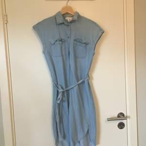 Ljusblå klänning med krage i jeansliknande material från H&M. Stl 32. Gott skick. Frakt betalas av köparen.