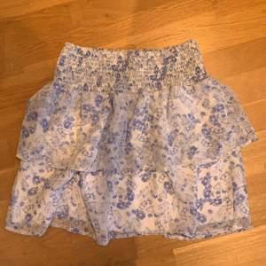 Blommig kjol från Cubus. Köpt våren 2018 och använt en gång, så i princip oanvänd. Köpen betalar frakt 42 kr.