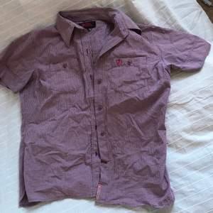 Kortärmad thriftad skjorta från fjällräven, asball! Medium men skulle mer säga small, kommer inte till använd så mycket som den förtjänar :/ fraktar eller möts Stockholm!