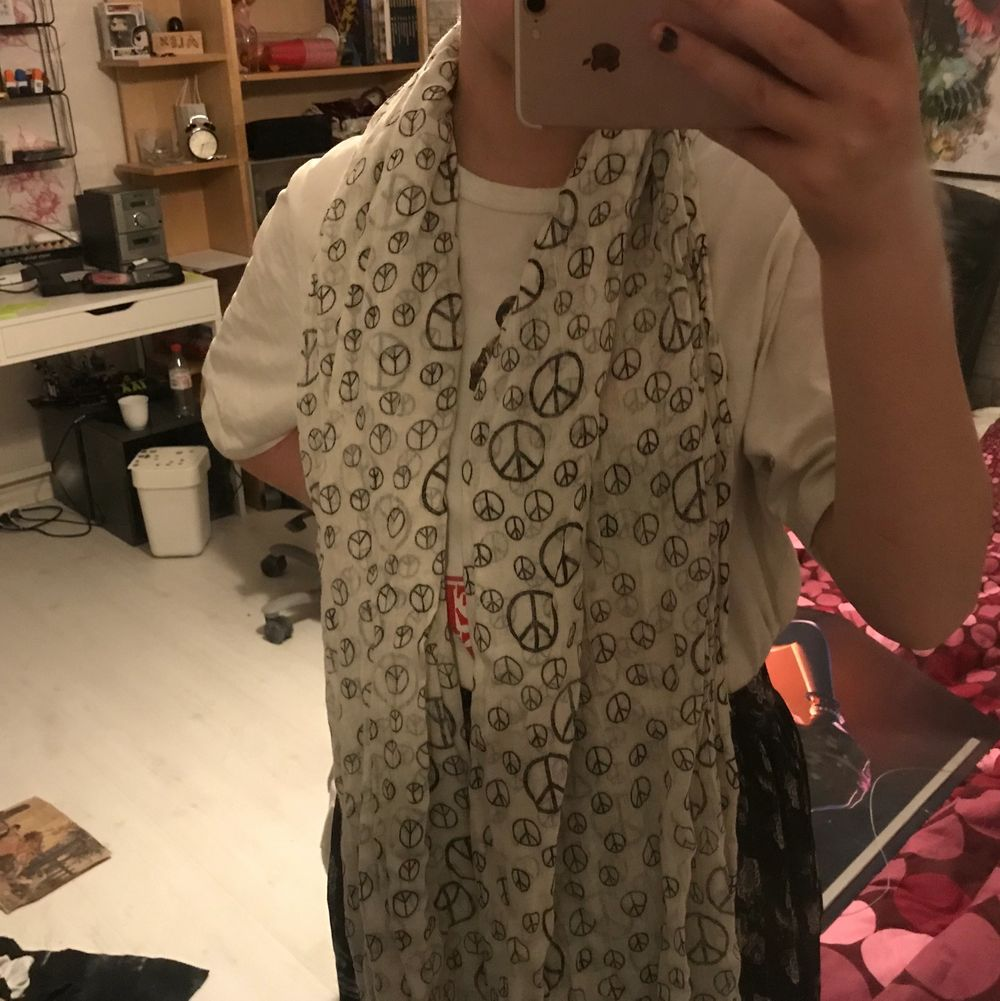 En lång sjal/ halsduk med ✌🏻märket på, kan användas som tröja okså👌 20kr . Accessoarer.