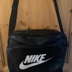 Den här väskan är jättebra och stor. Väl använd så lite sliten. Den är i fejk skin.