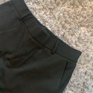 Ett par svarta kostymbyxor från vero moda i storlek XS, köpte för ungefär 1 årsedan o använda 1 gång. Frakt tillkommer.