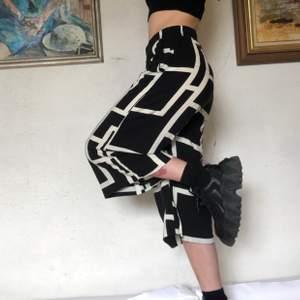 Byxor från Lindex med stilrent svartvitt mönster! I st S🖤 skriv om du undrar något! 💥