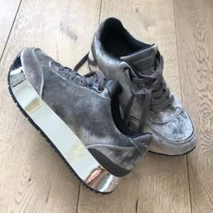 Retro sneakers i sammet, använda ca tre gånger.  Köparen betalar frakt annars funkar också att mötas upp på Kungsholmen