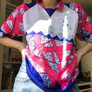 Najs färgglad T-shirt från humana!! Oanvänd och är superskön! Tyget är likt träningstyg.