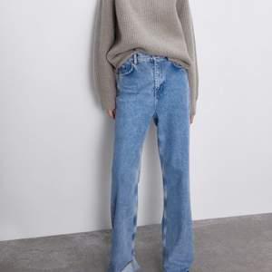 Säljer mina wide jeans från zara i inprincip nyskick, använda ca 5 gånger🧚🏼♀️ säljer då jag inte tycker att modellen  passar på mig men de är supersköna och så snygga, passar till allt. De är helt slutsålda och i storlek 34, möjligtvis lite större. Buda!