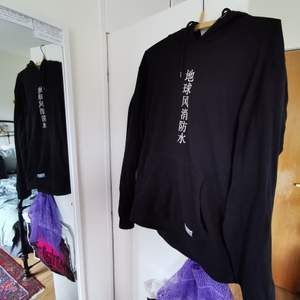 svart hoodie med kinesisk text i fram 🌅frakt fri