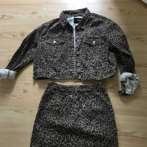 Super fin jeansjacka & jeans kjol från bikbok. Jackan- XL (passar även mig som har xs-s) Kjol - XS.  Jacka - 199 kr & kjol - 199 kr. Paketpris för båda 349 kr.