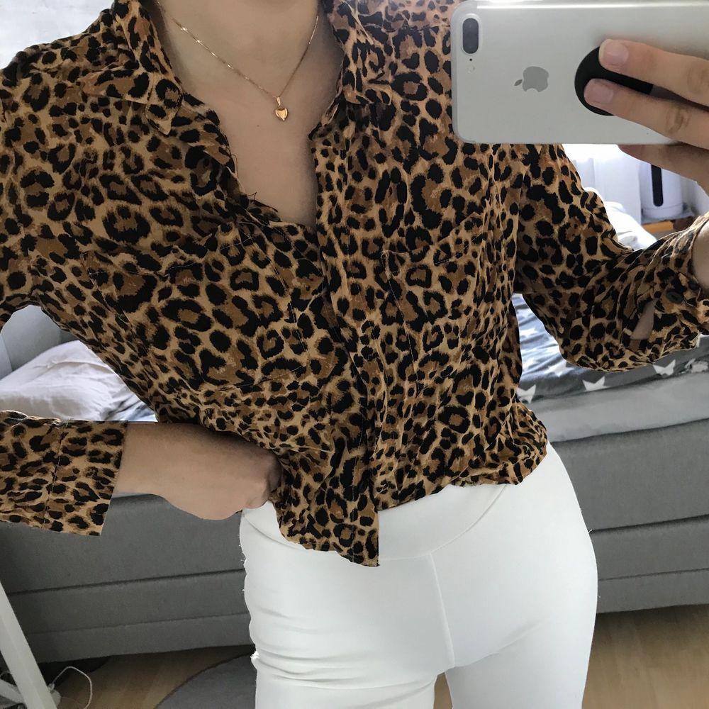en fin skjortblus från h&m som inte finns i sortimentet längre, pris kan diskuteras och hör av er för mer info 🤍. Blusar.