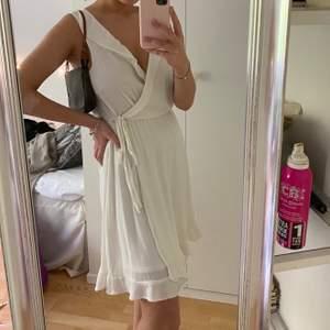 Jättesöt klänning från Vero Moda, aldrig använd med prislappen kvar. Perfekt till student eller skolavslutningar.