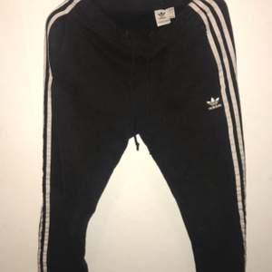 Äkta Adidas mjukisbyxor, konstiga i passformen enligt mig där av priset ☺️