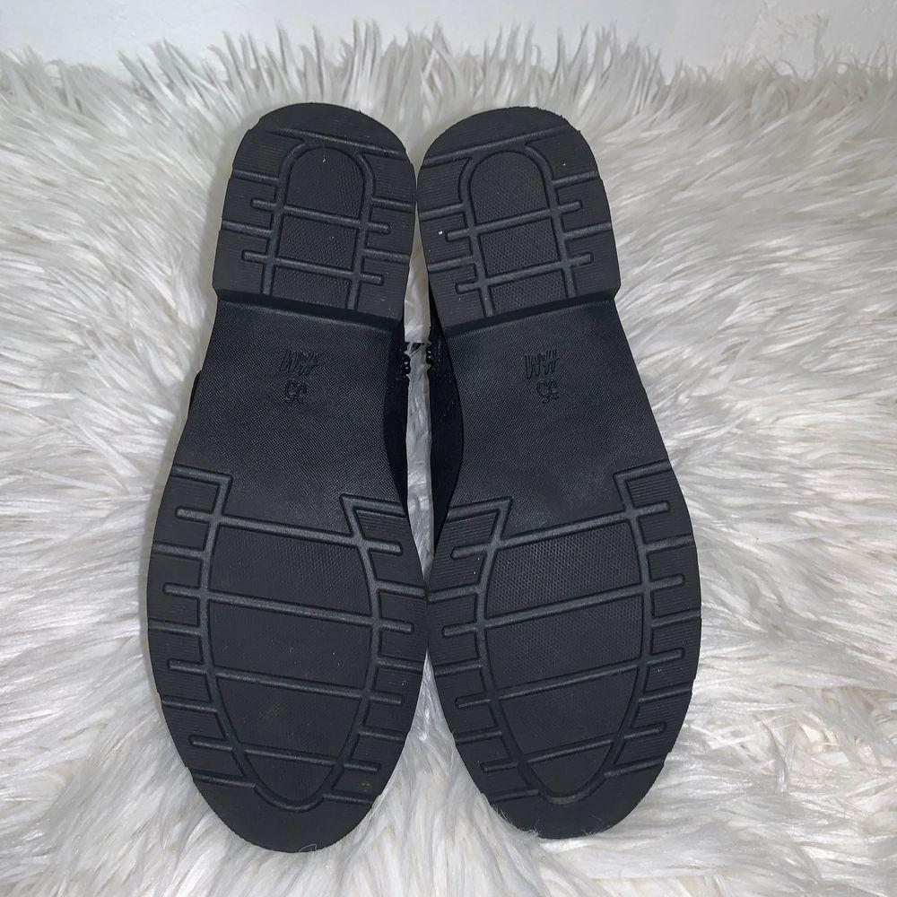Snygga svarta skor i storlek 35, med liten klack och snörning! Använda en gång! Som nya! 🦋. Skor.